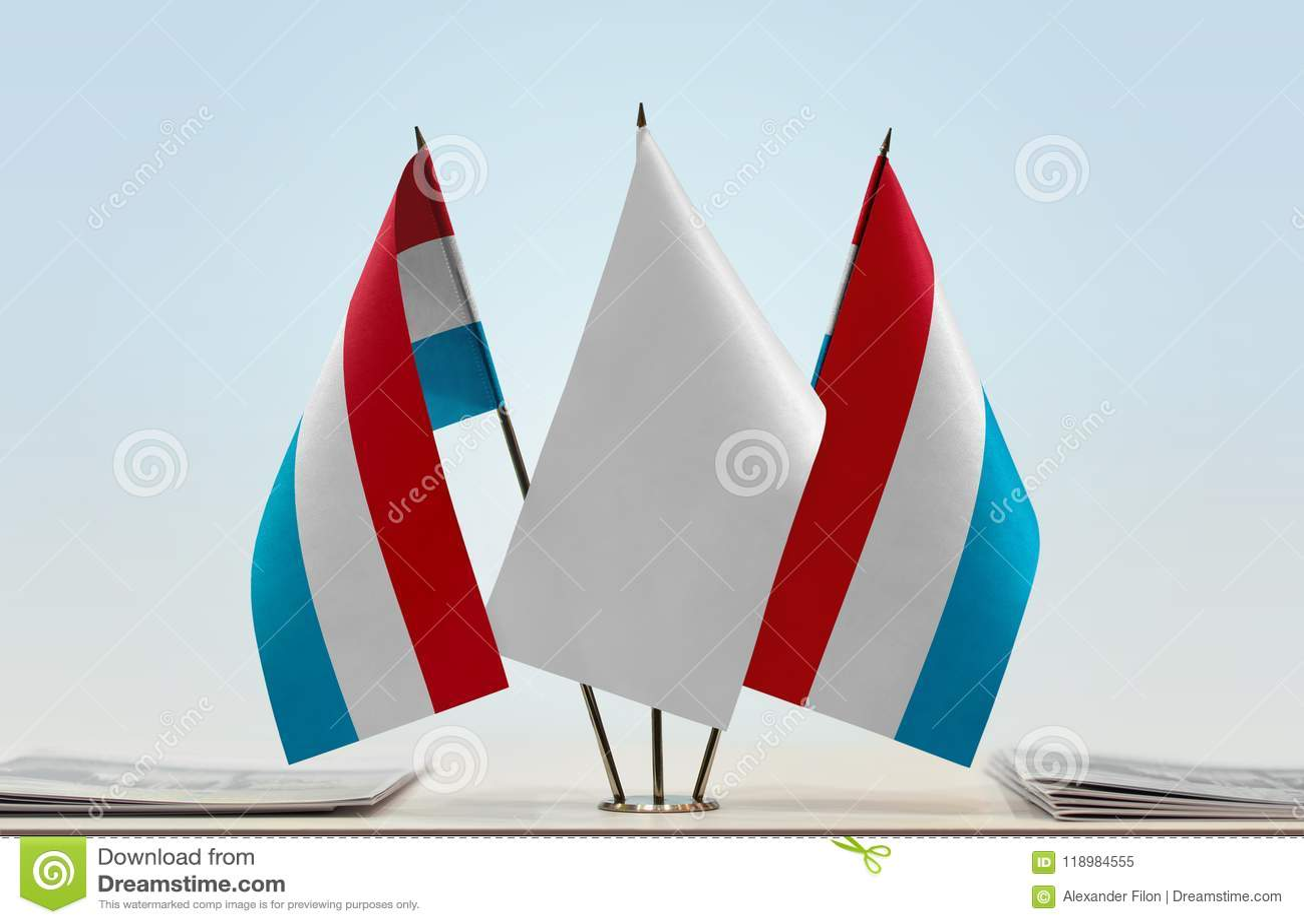 卢森堡的两面旗子