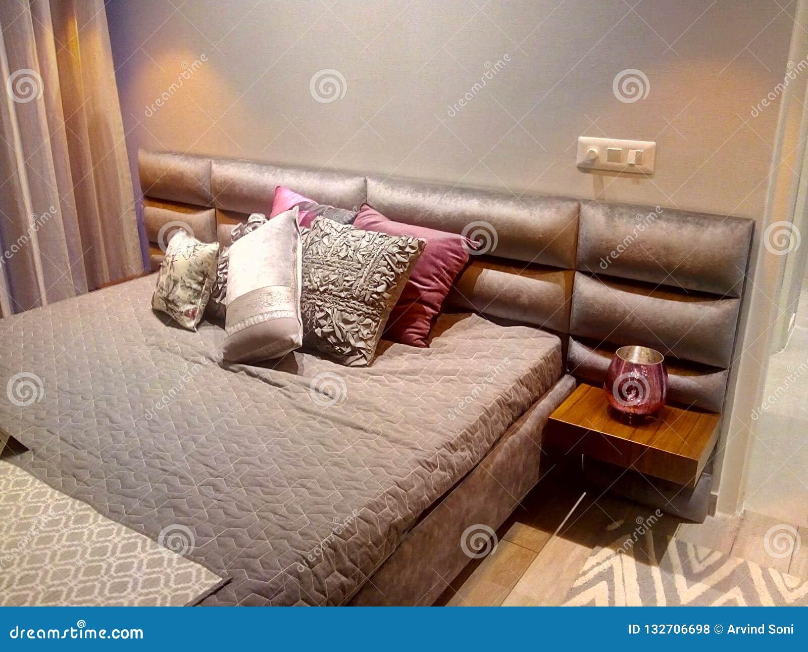卧室把床垫床枕在