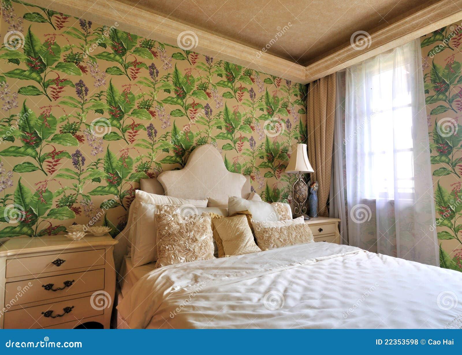 卧室用花装饰的照明设备早晨