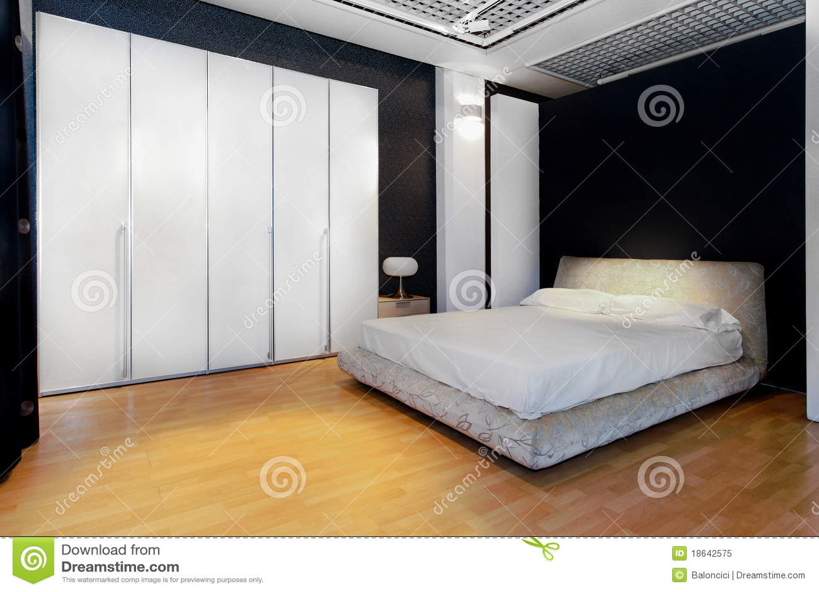 卧室大壁橱内部衣橱白色.