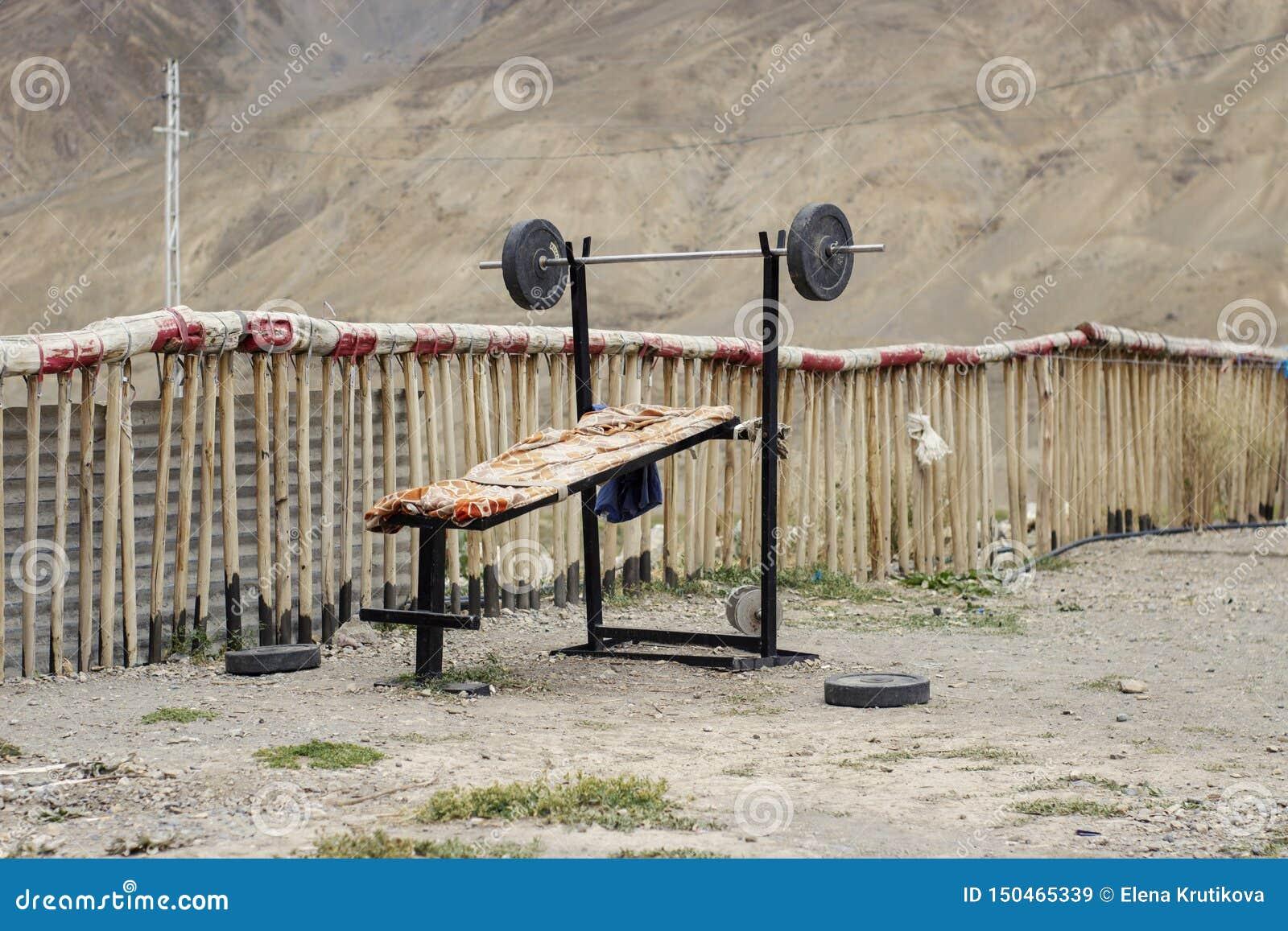 卧推的锻炼与在山的一个酒吧