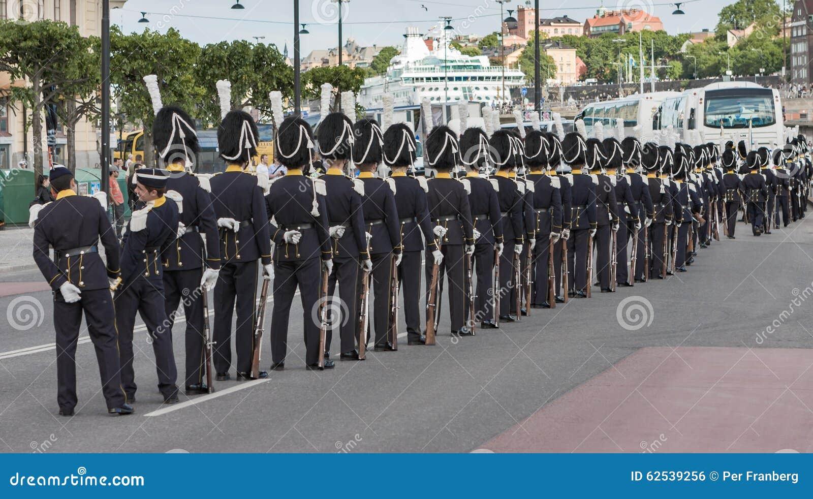 卫兵线与裘皮帽的在一条街道上在斯德哥尔摩