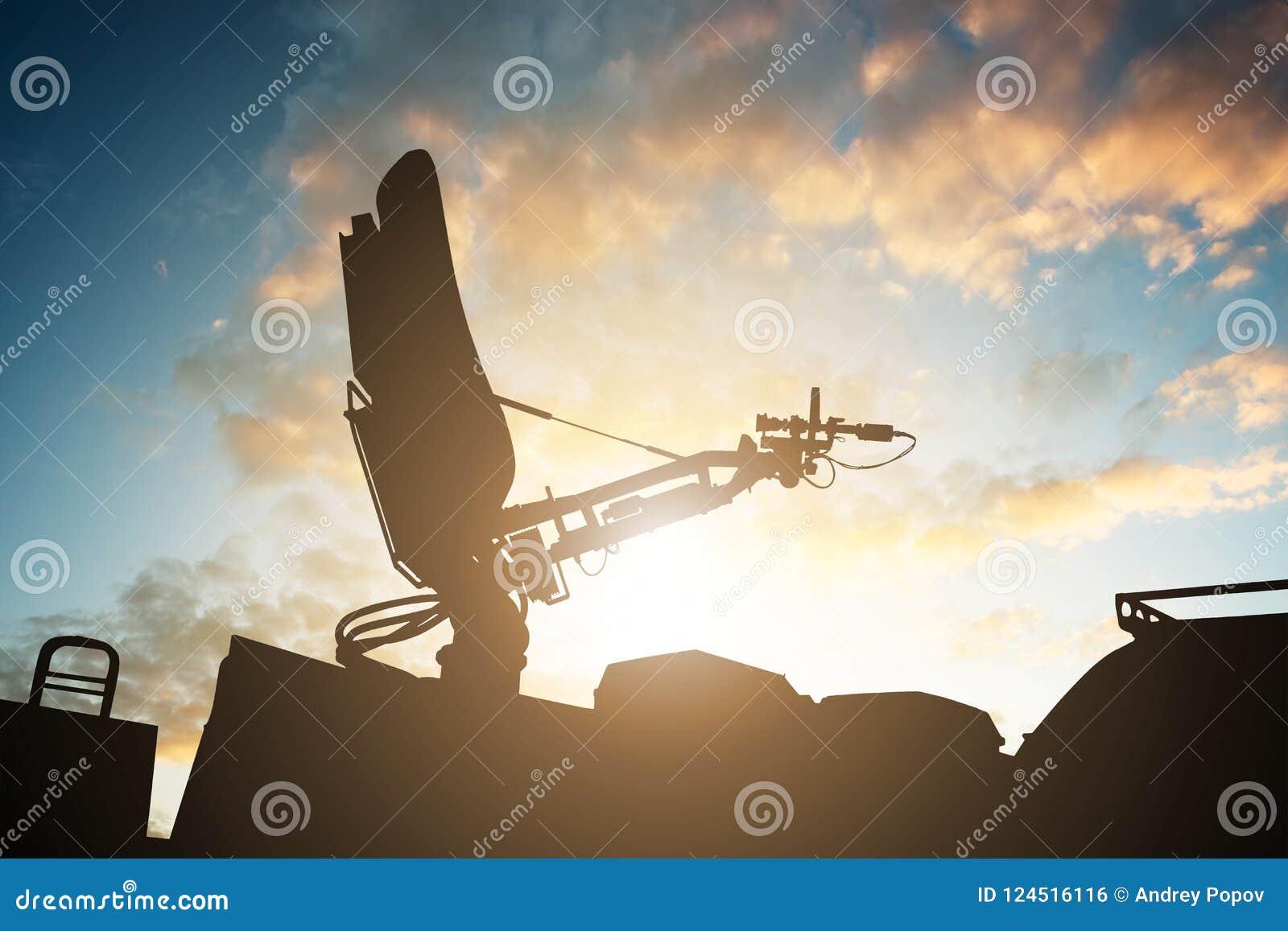 卫星盘天线剪影在上面电视范的
