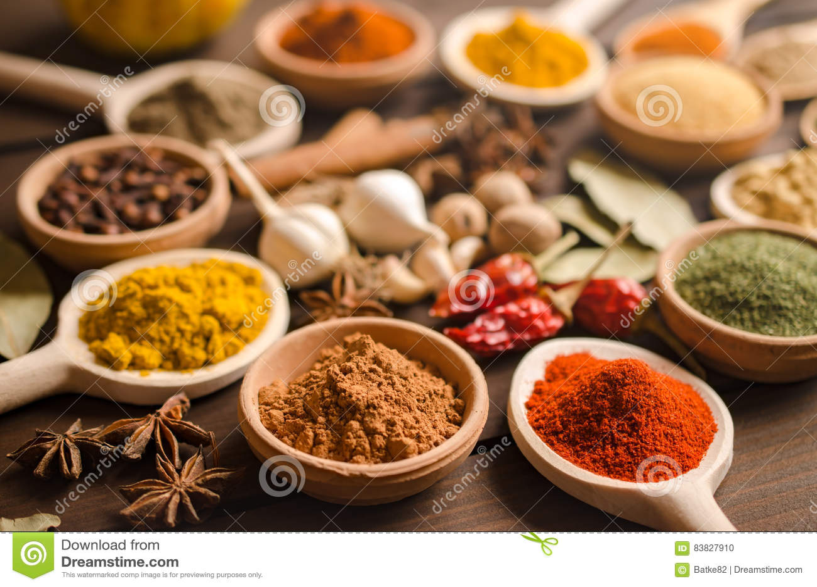 印地安香料和干草本在木桌上