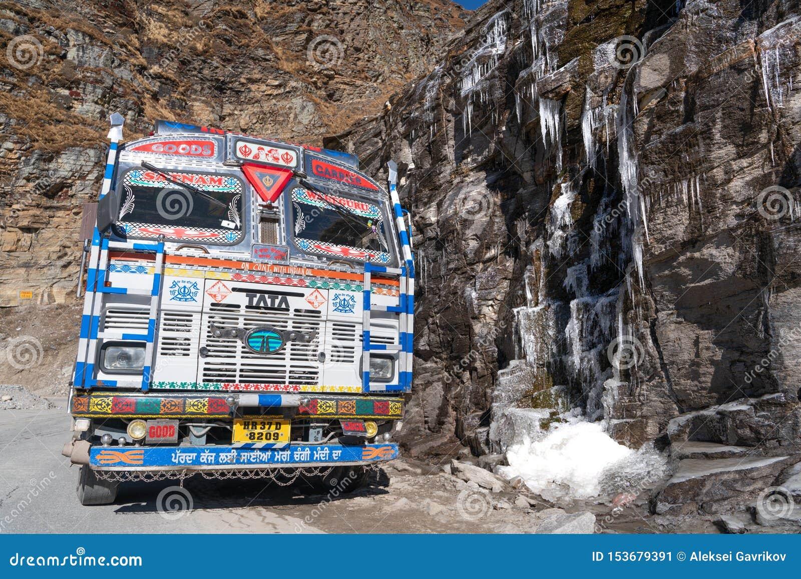 印度卡车和冻小河
