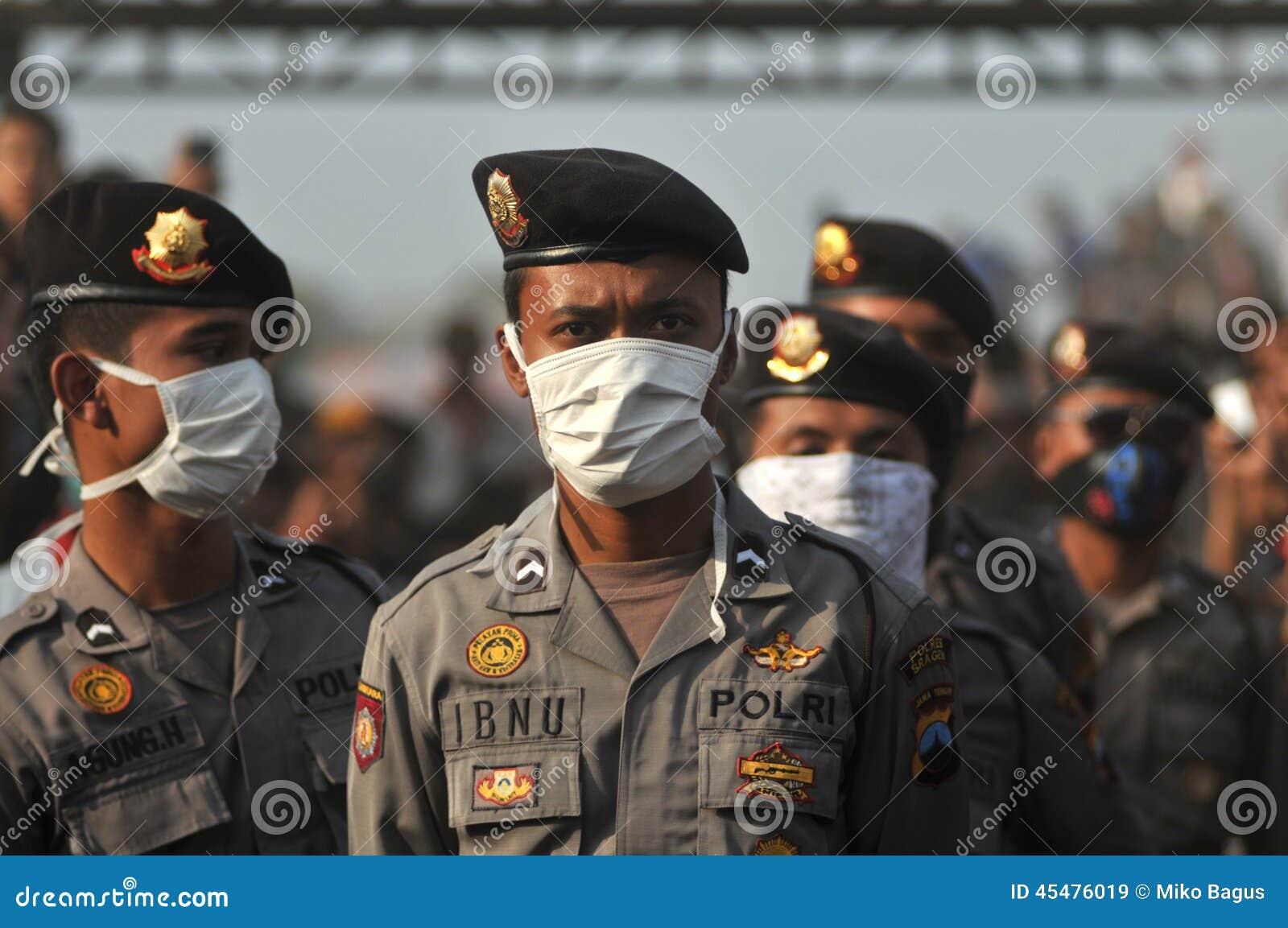 印度尼西亚警察戴着面具
