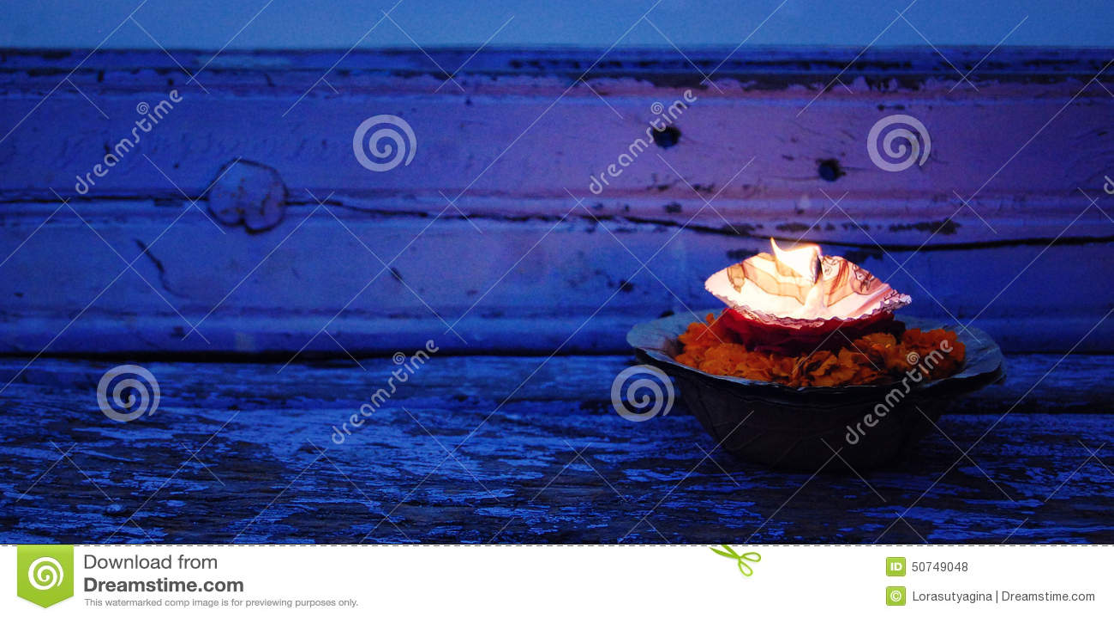 印度教宗教仪式puja在河甘加,瓦腊纳西,北方邦,印度附近开花和蜡烛
