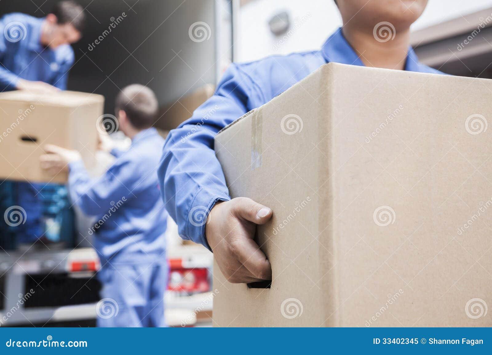 卸载一辆移动货车的搬家工人