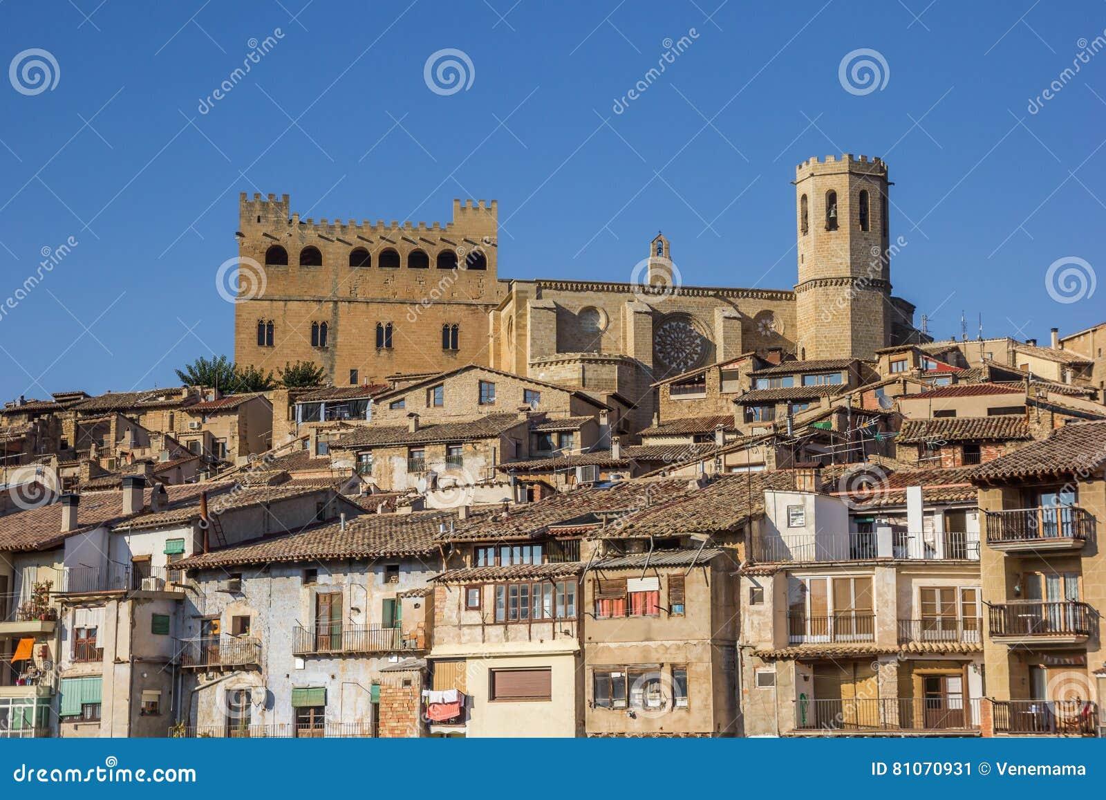 历史城堡和教会在小山顶部在巴尔德罗夫雷斯