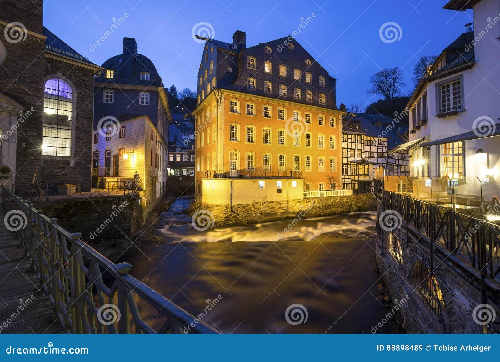 历史的城市monschau德国在晚上