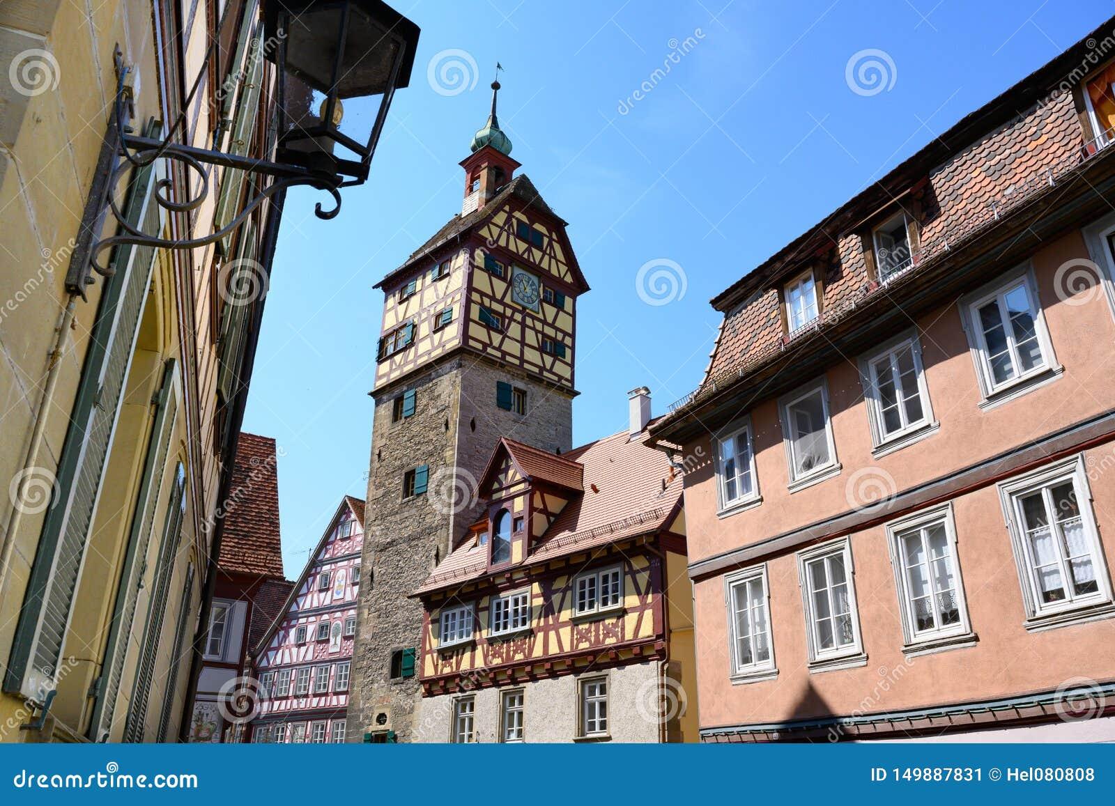 历史的房子,城市墙壁- Josenturm塔-在施韦比施哈尔县,德国