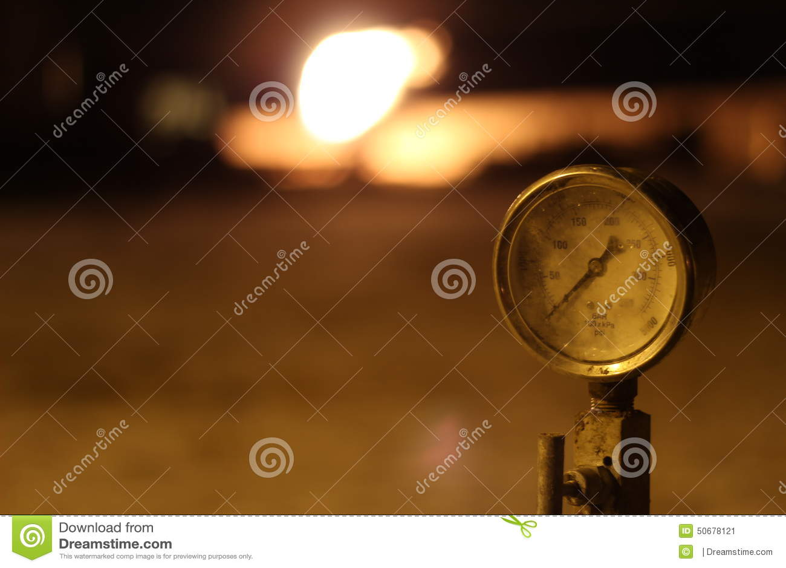 Download 压力表在油田 库存图片. 图片 包括有 背包, 租赁资产, 测量仪, 泉源, 油田, 火光, 气体, 流体 - 50678121