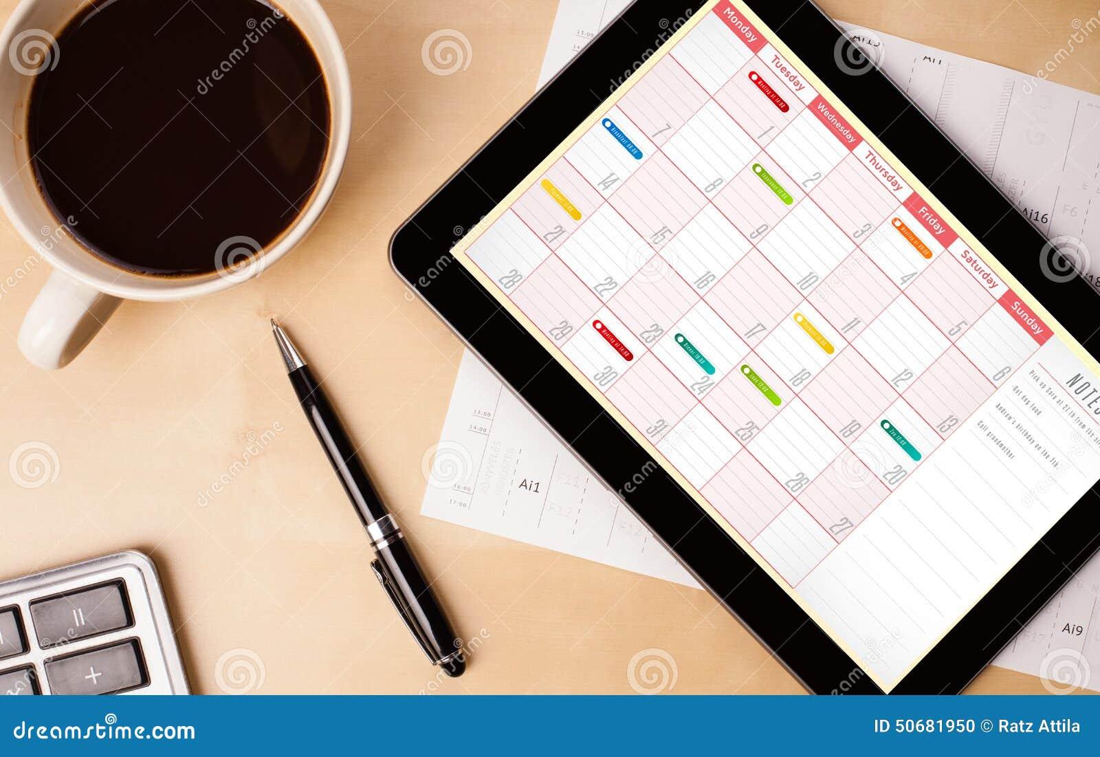 Download 压片显示在屏幕上的个人计算机日历有一杯咖啡的在d的 库存照片. 图片 包括有 背包, 评估人, 早晨, 耳机 - 50681950