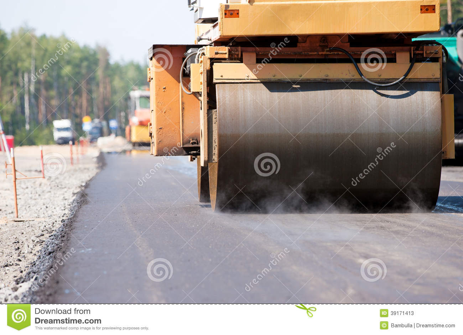 压路机变紧密的沥青路面