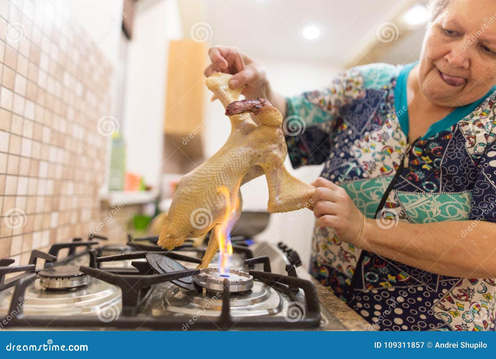 厨师切开在火的鸡
