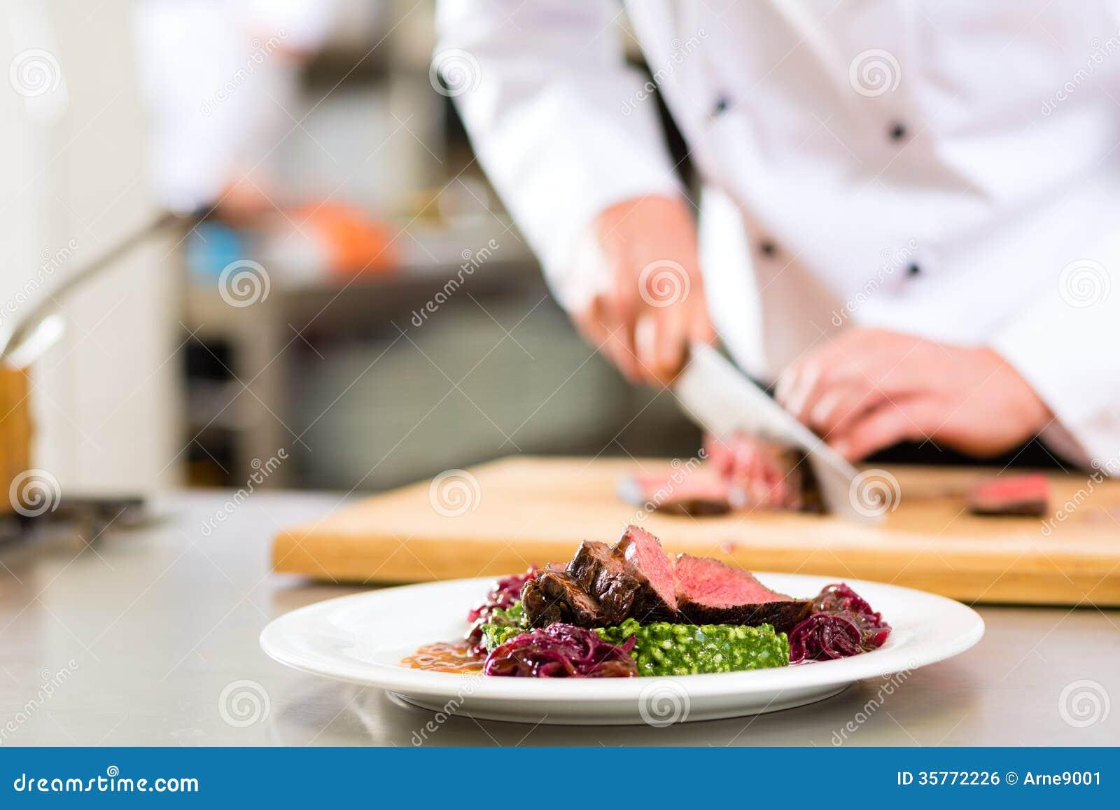 厨师在准备食物的餐馆厨房里