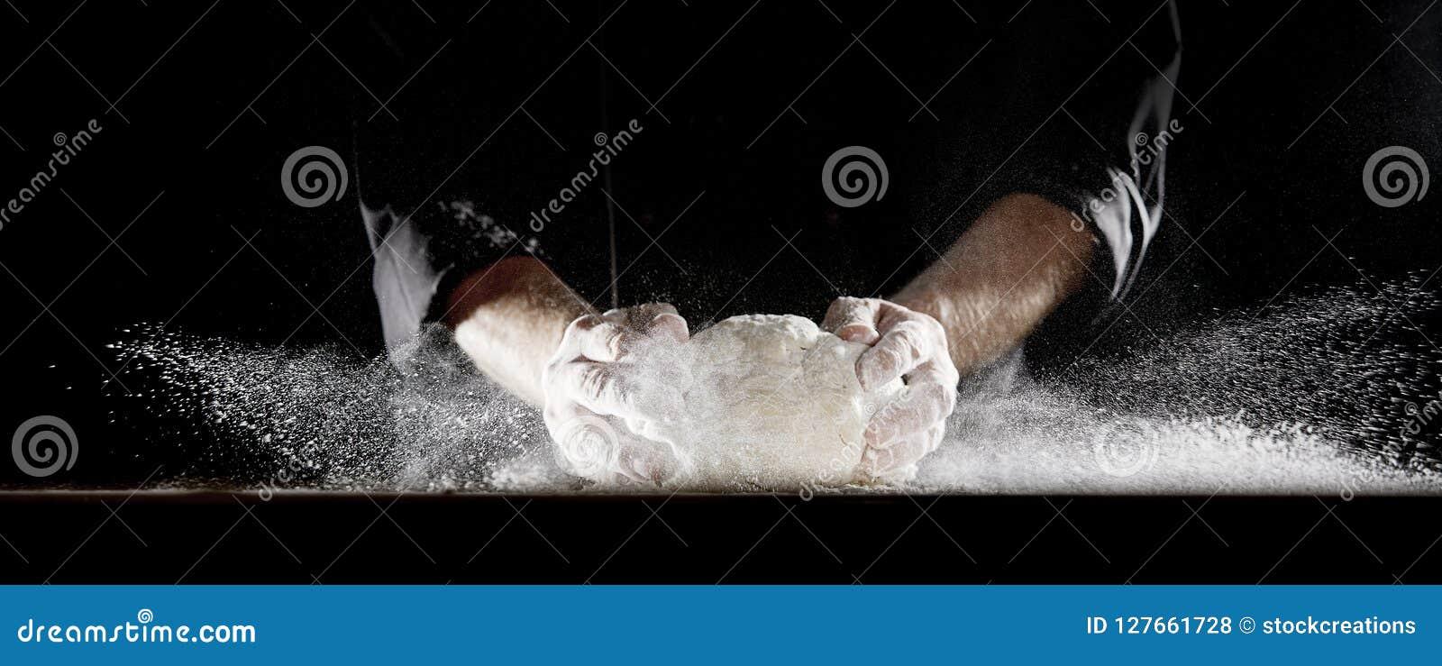 厨师造成的面粉云彩关上面团