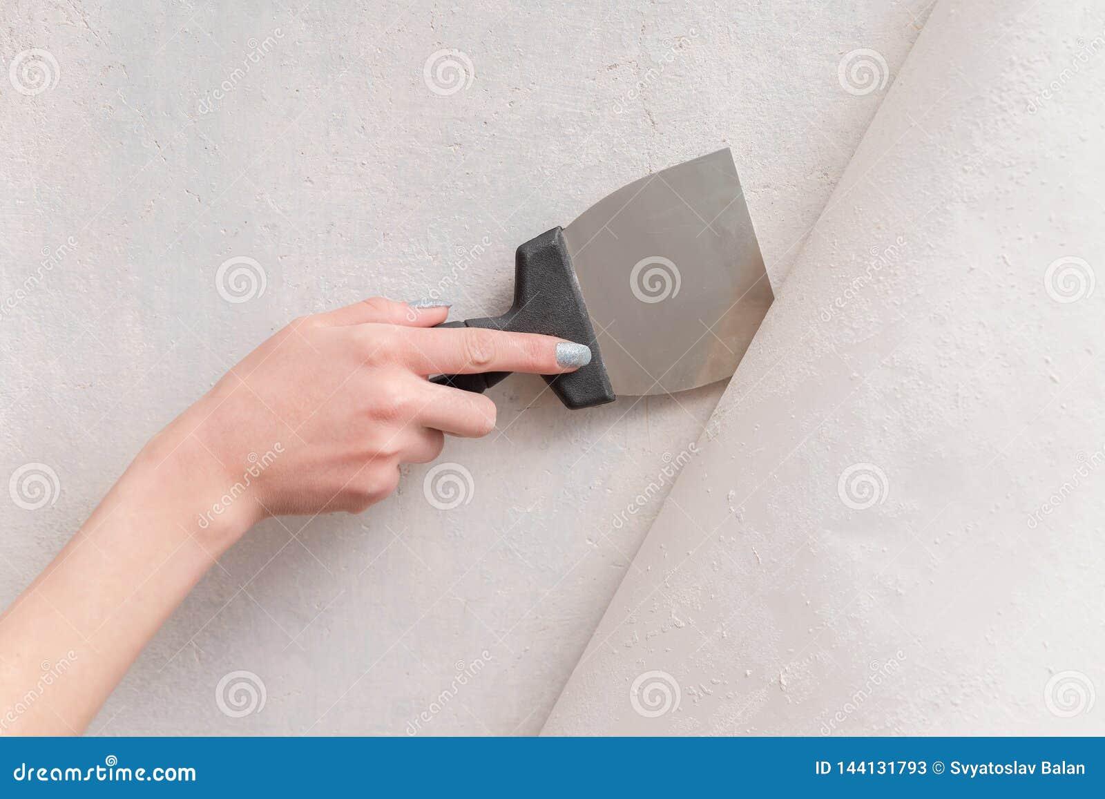 去除从老墙纸墙壁