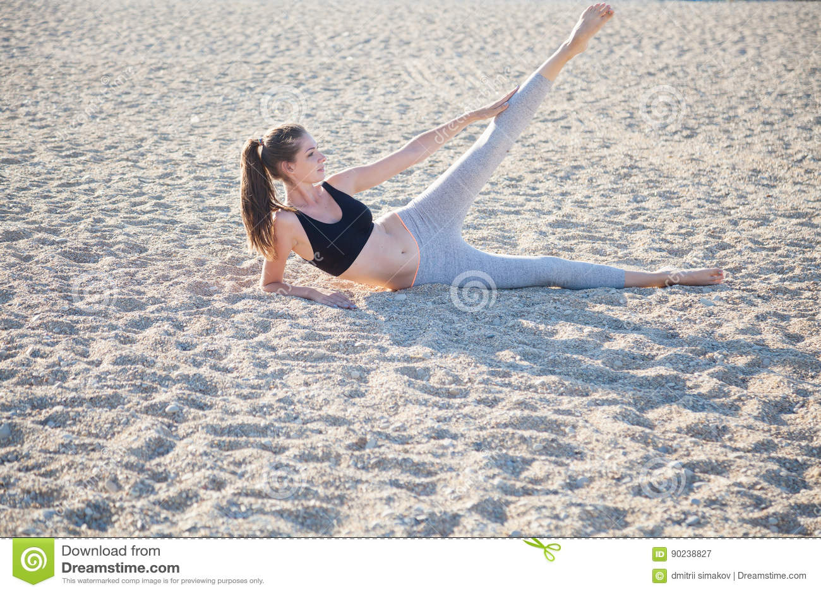 参与健身瑜伽美丽的女孩