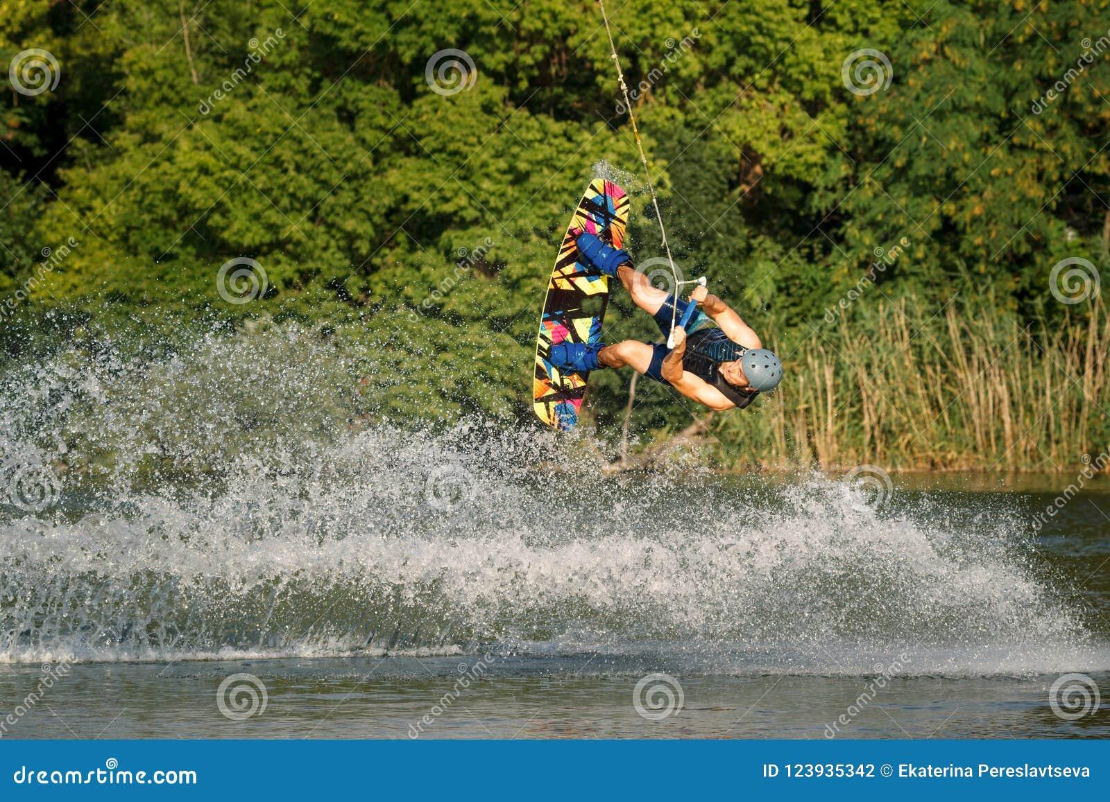 参与在湖的wakeboard一个人执行跃迁
