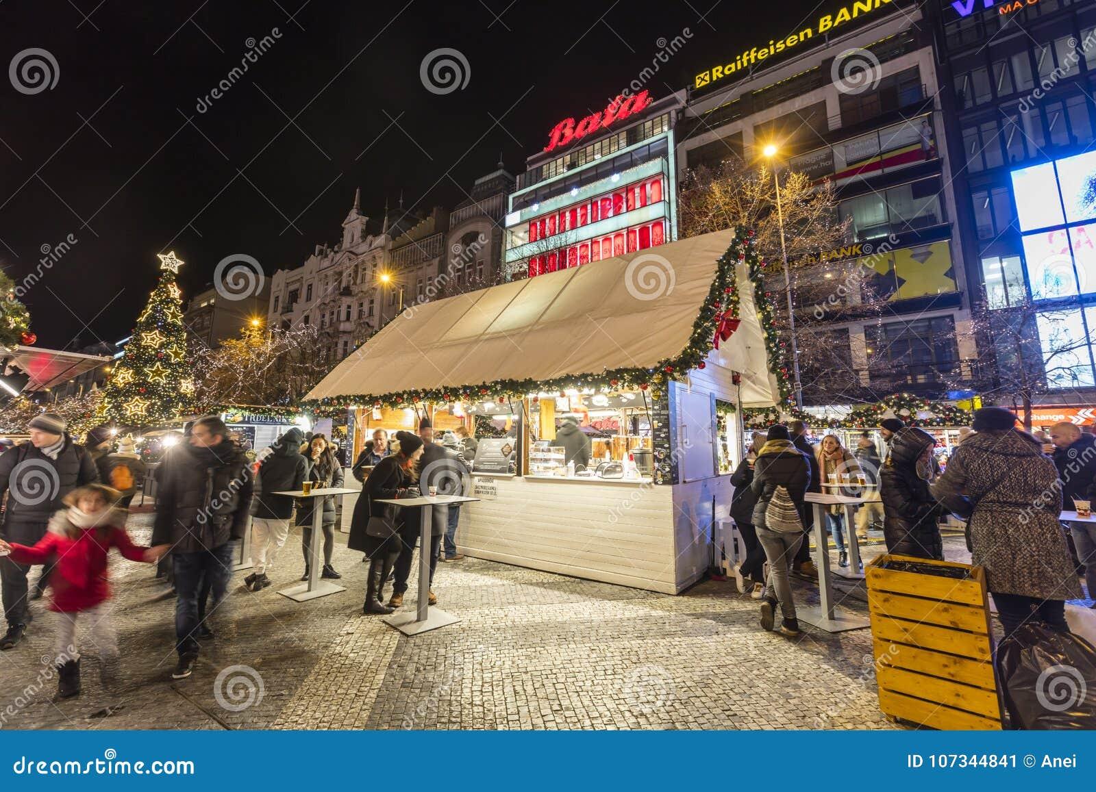 2017 - 参观圣诞节市场的人们和游人在瓦茨拉夫在布拉格摆正