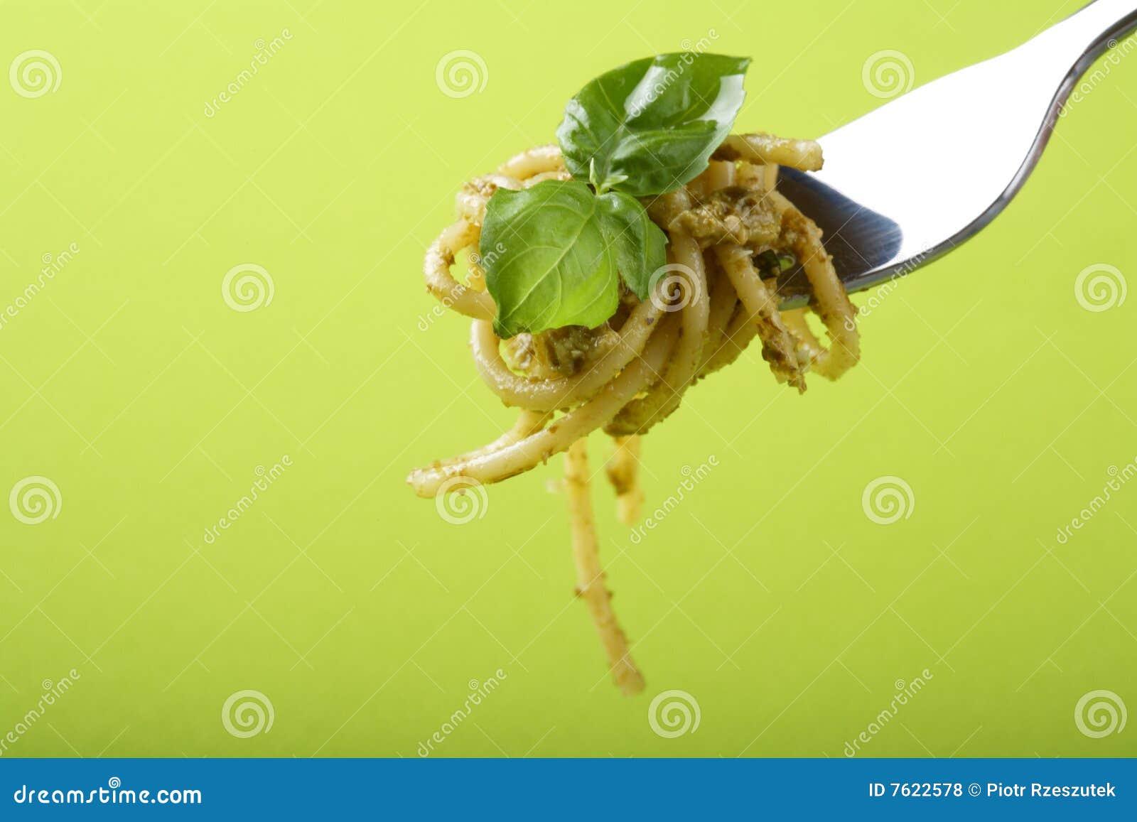 叉子巴马干酪意大利面食pesto sause