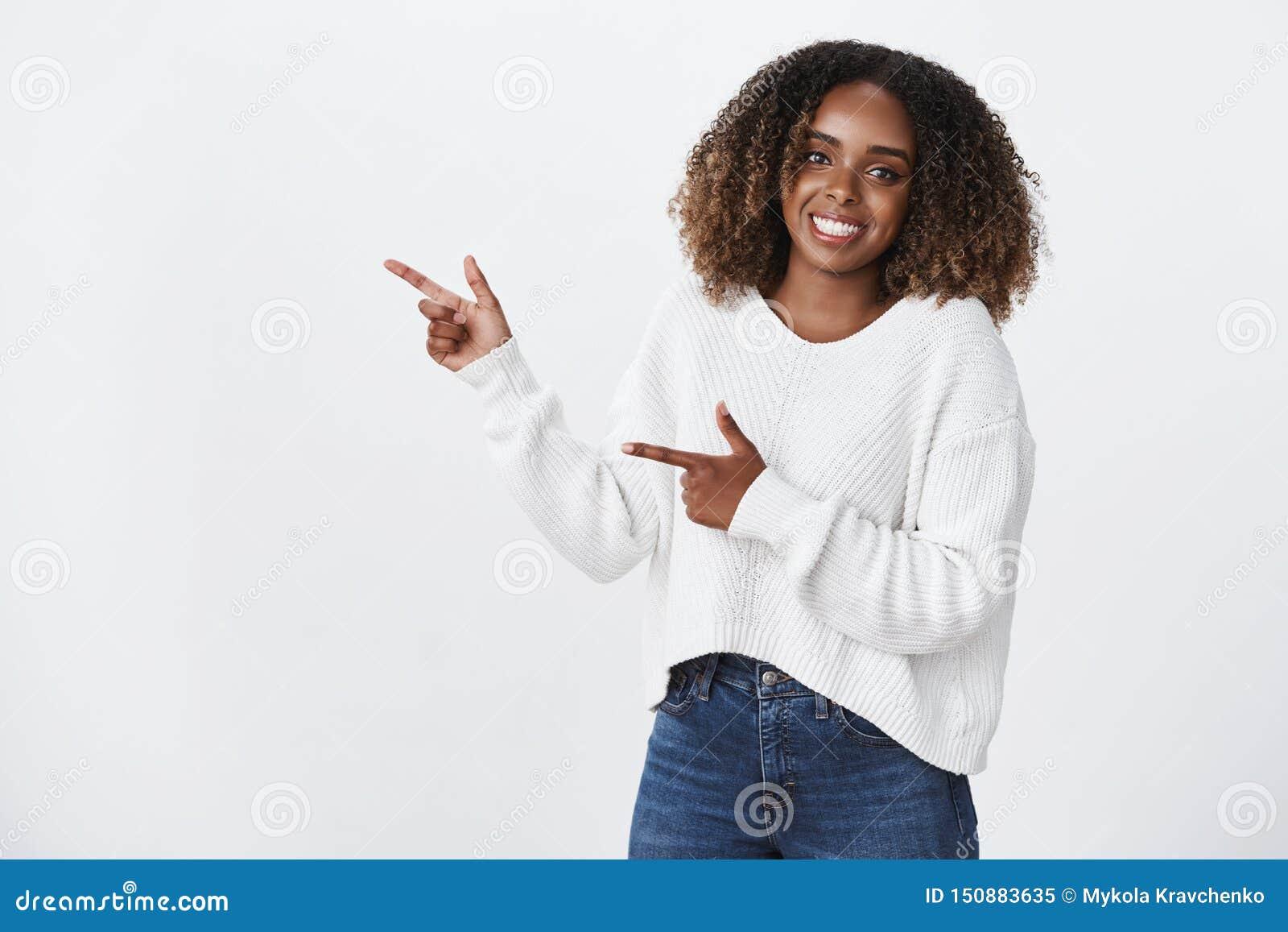 友好活泼的宜人的快乐非裔美国人女性工友白色毛线衣微笑的高兴神色的照相机