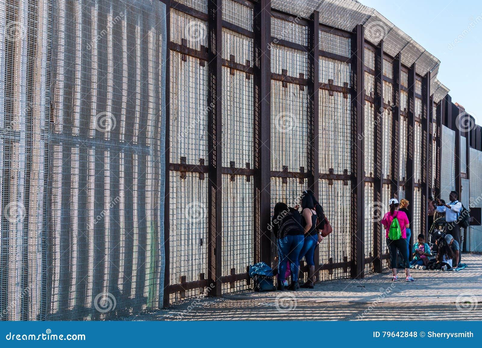 友谊公园在圣地亚哥和提华纳之间的边界墙壁