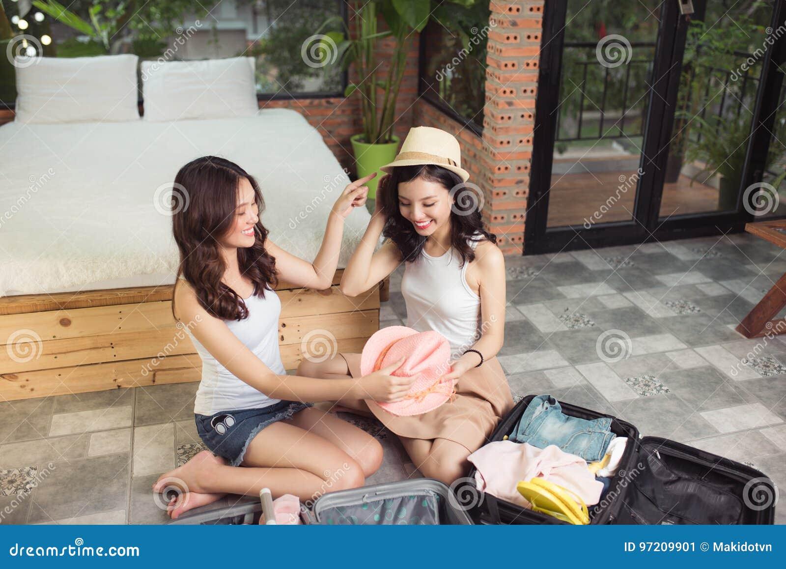 友谊 旅行 包装trav的两个亚裔少妇朋友