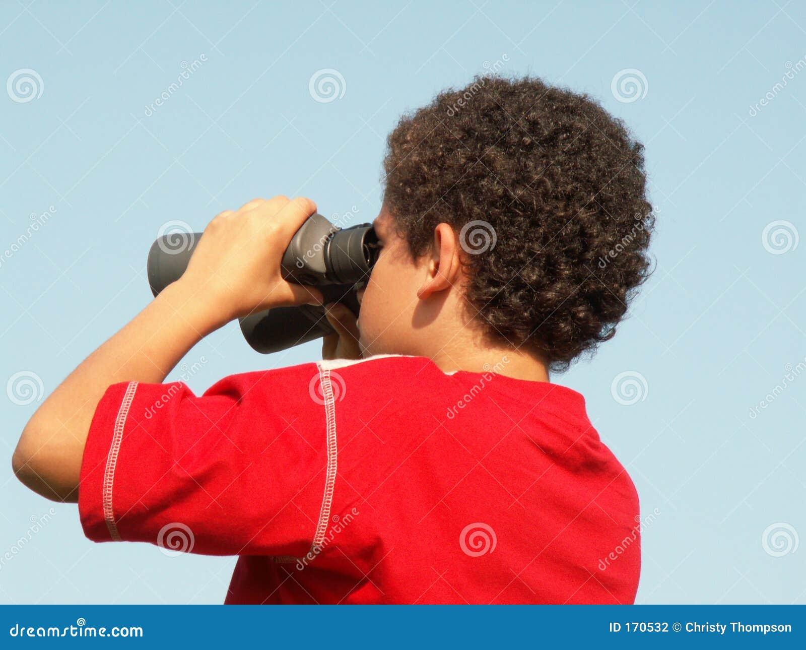 双筒望远镜男孩