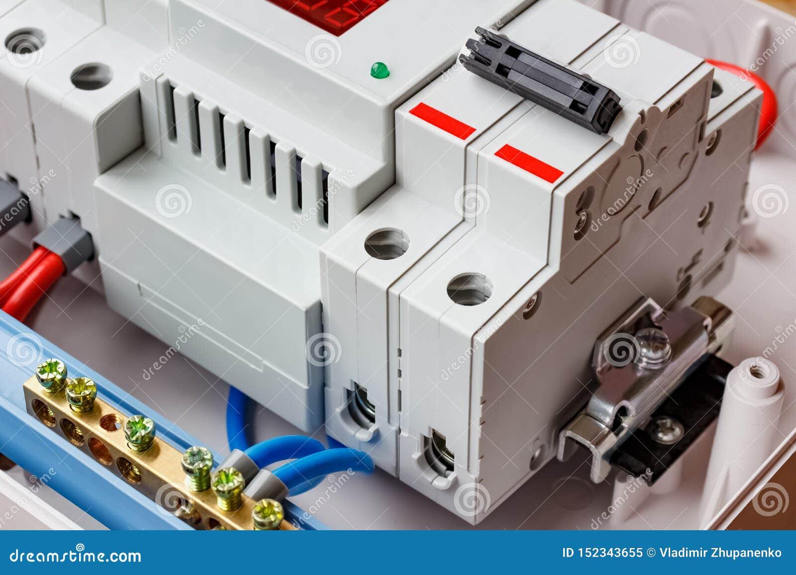 双重在白色塑料登上的箱子的输入自动开关和电压防幅器特写镜头