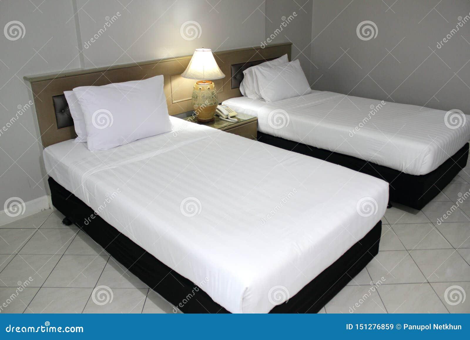 双重白色床垫和黑床