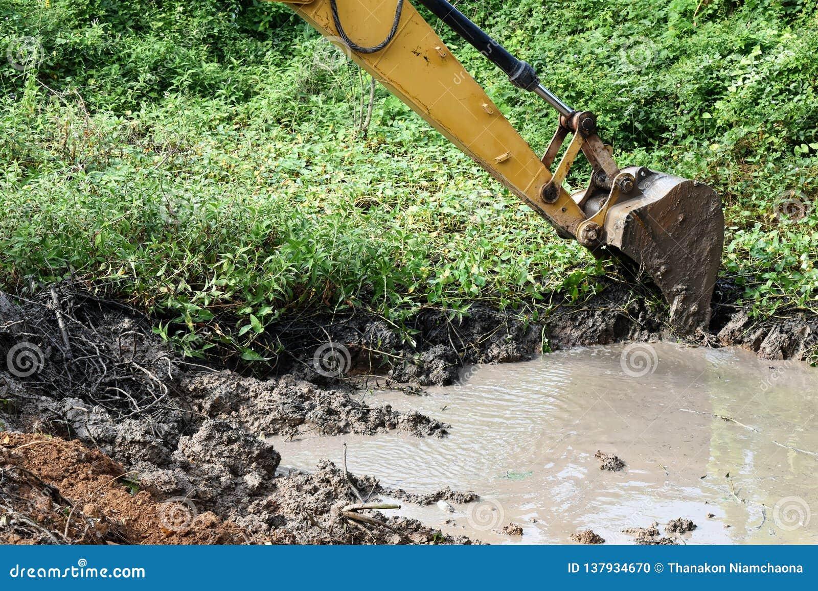 反向铲开掘地面