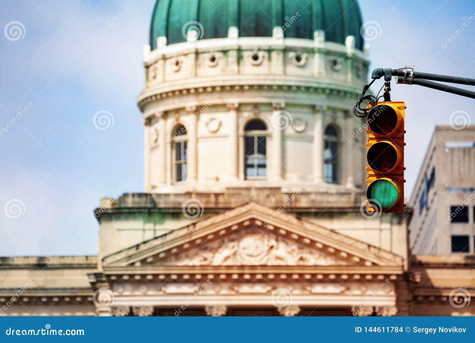 反对印第安纳州议会大厦圆顶的红灯