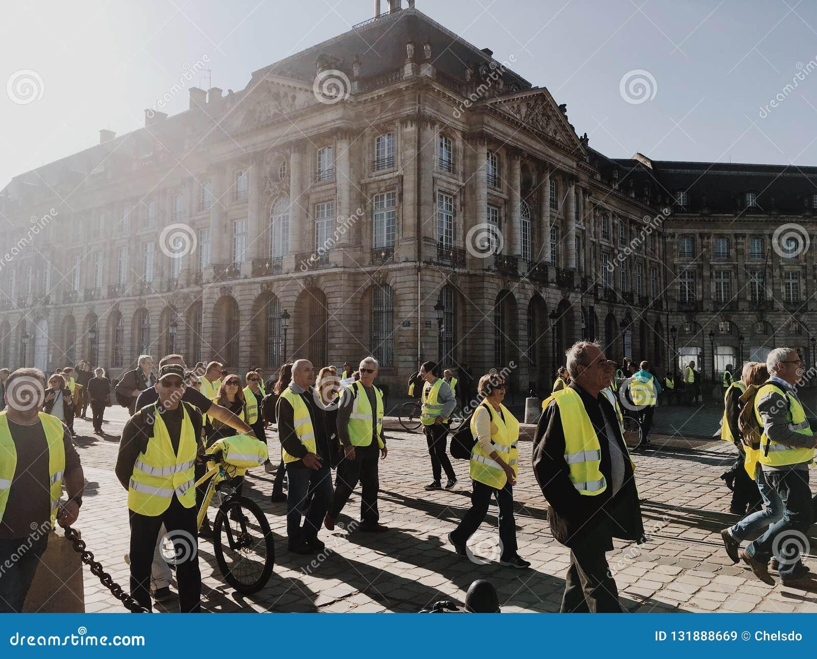 反对增量税的示范黄色背心在汽油和法国的柴油被介绍的政府