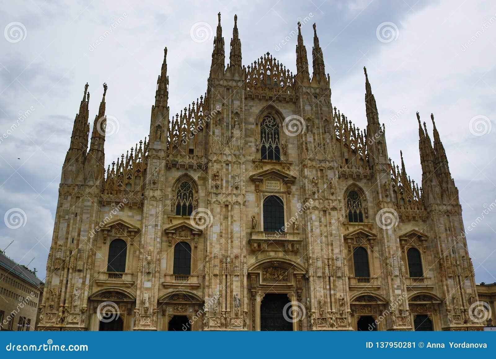 反对多云天空意大利的米兰主教座堂门面