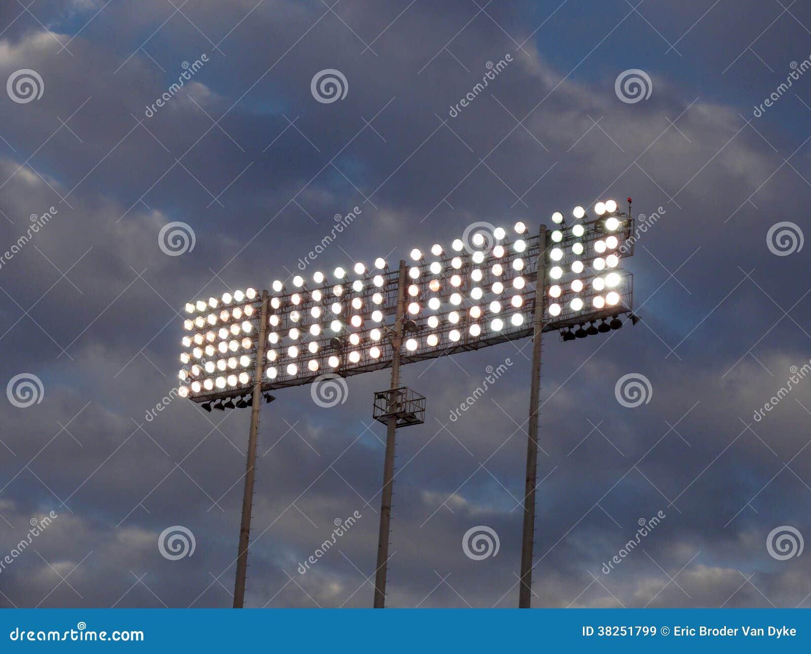 反对多云天空的体育场式光