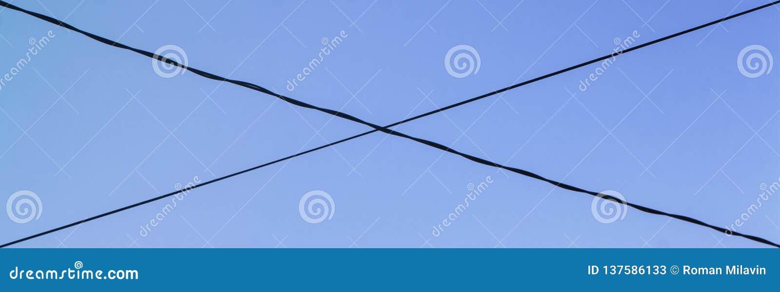 反对天空蔚蓝的交叉线