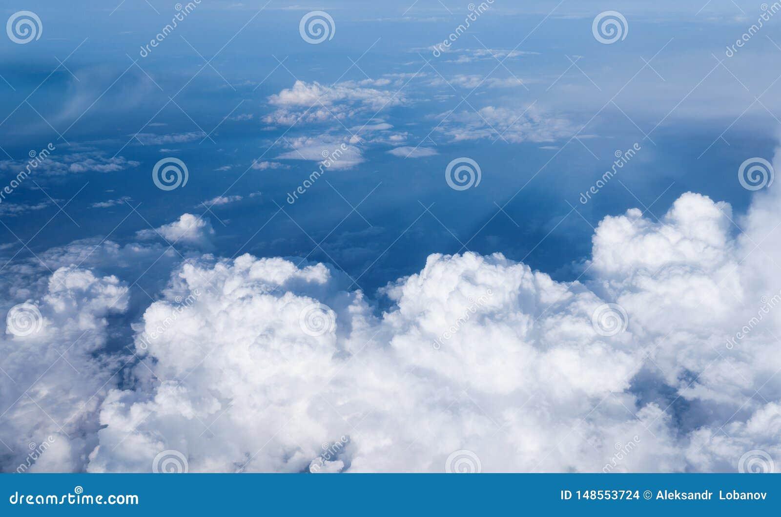 反对天空蔚蓝的白色云彩
