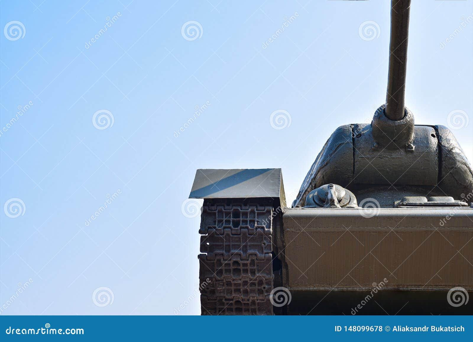反对天空蔚蓝的苏联军事坦克