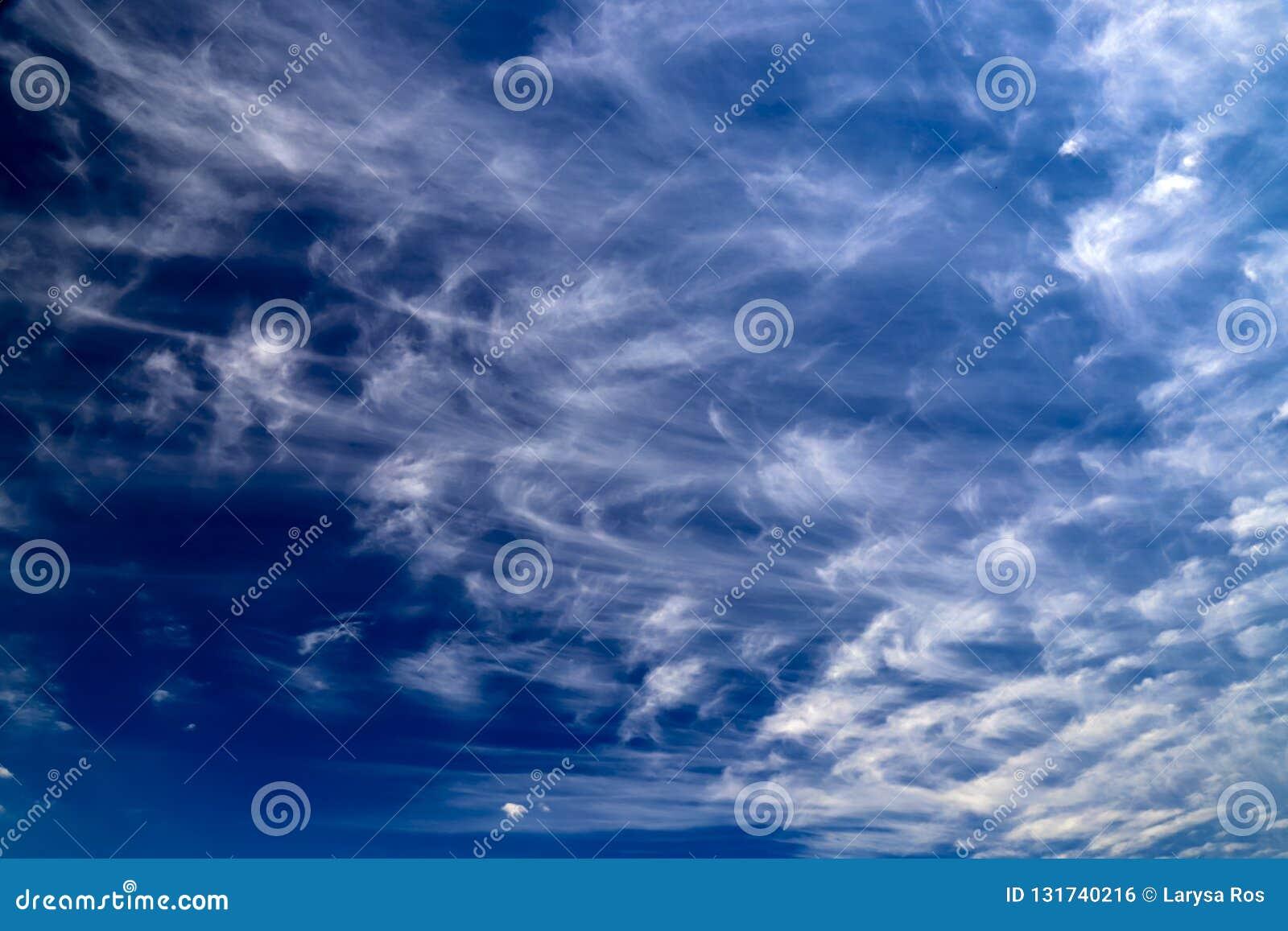 反对干净的天空蔚蓝,不可思议的浪漫背景的美丽的美丽如画的白色云彩