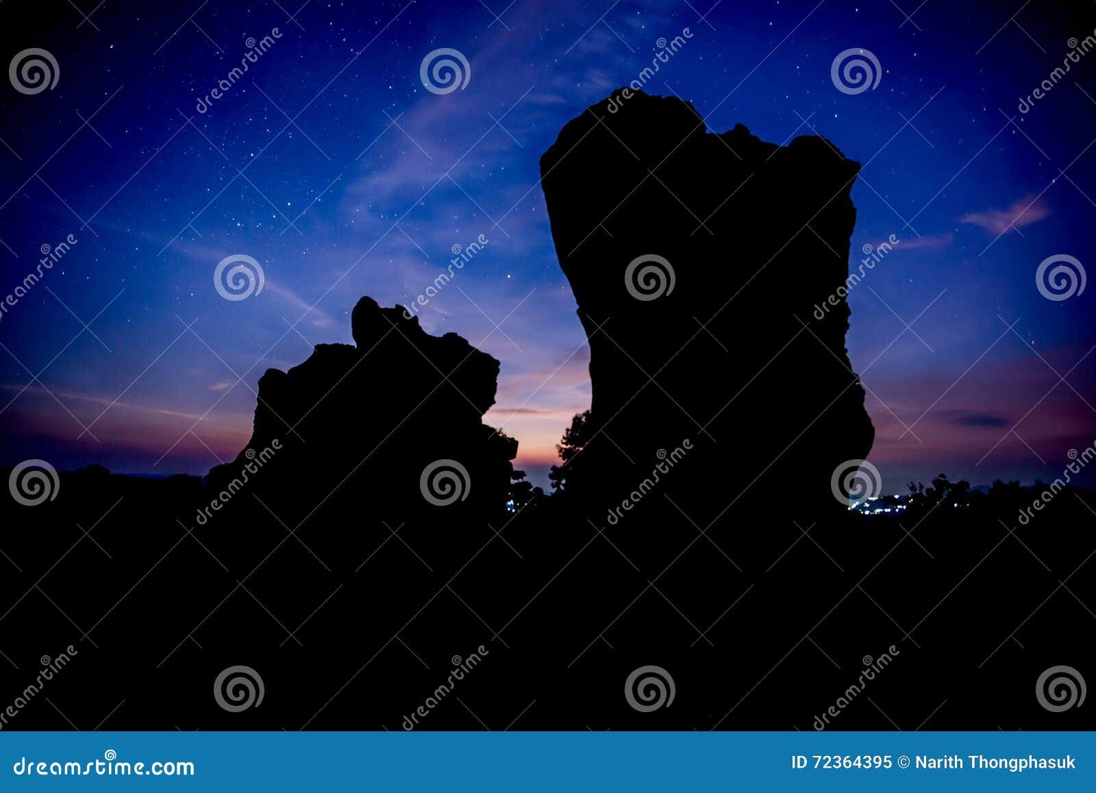 反对日出的剪影石头