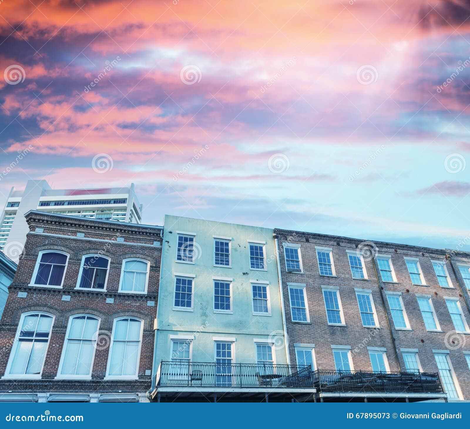 反对日落天空的五颜六色的大厦