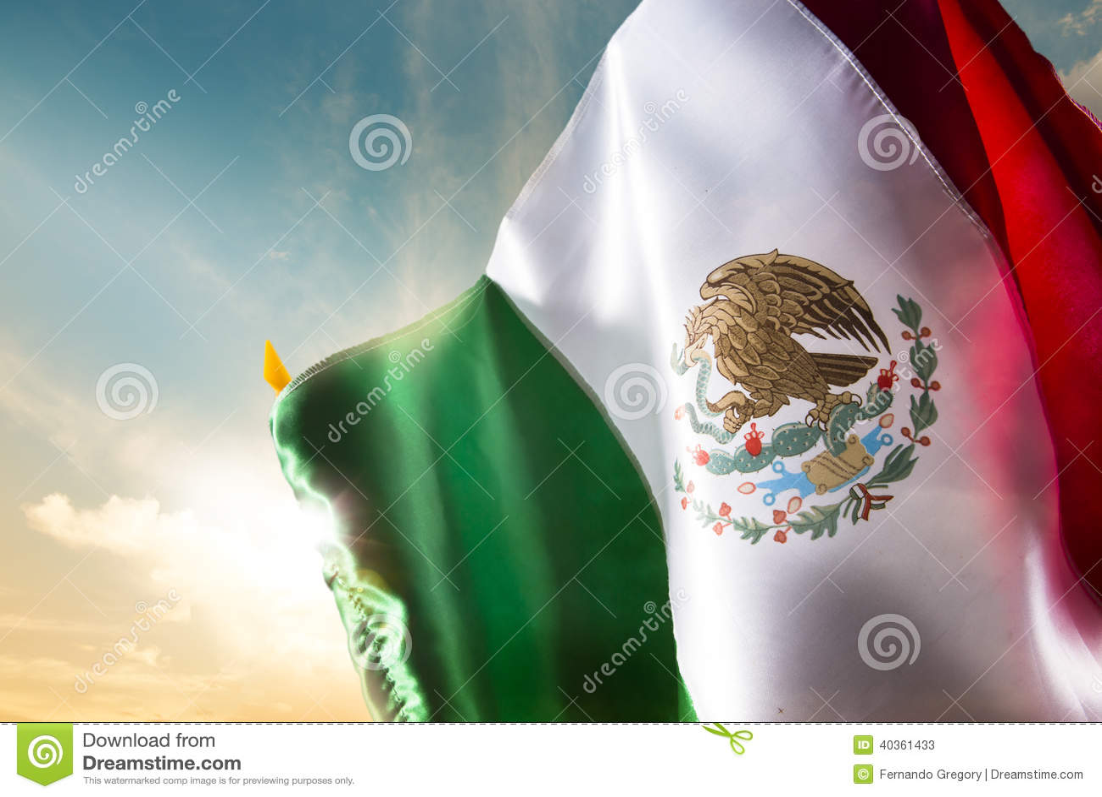 反对明亮的天空的墨西哥国旗,独立日, cinco de ma