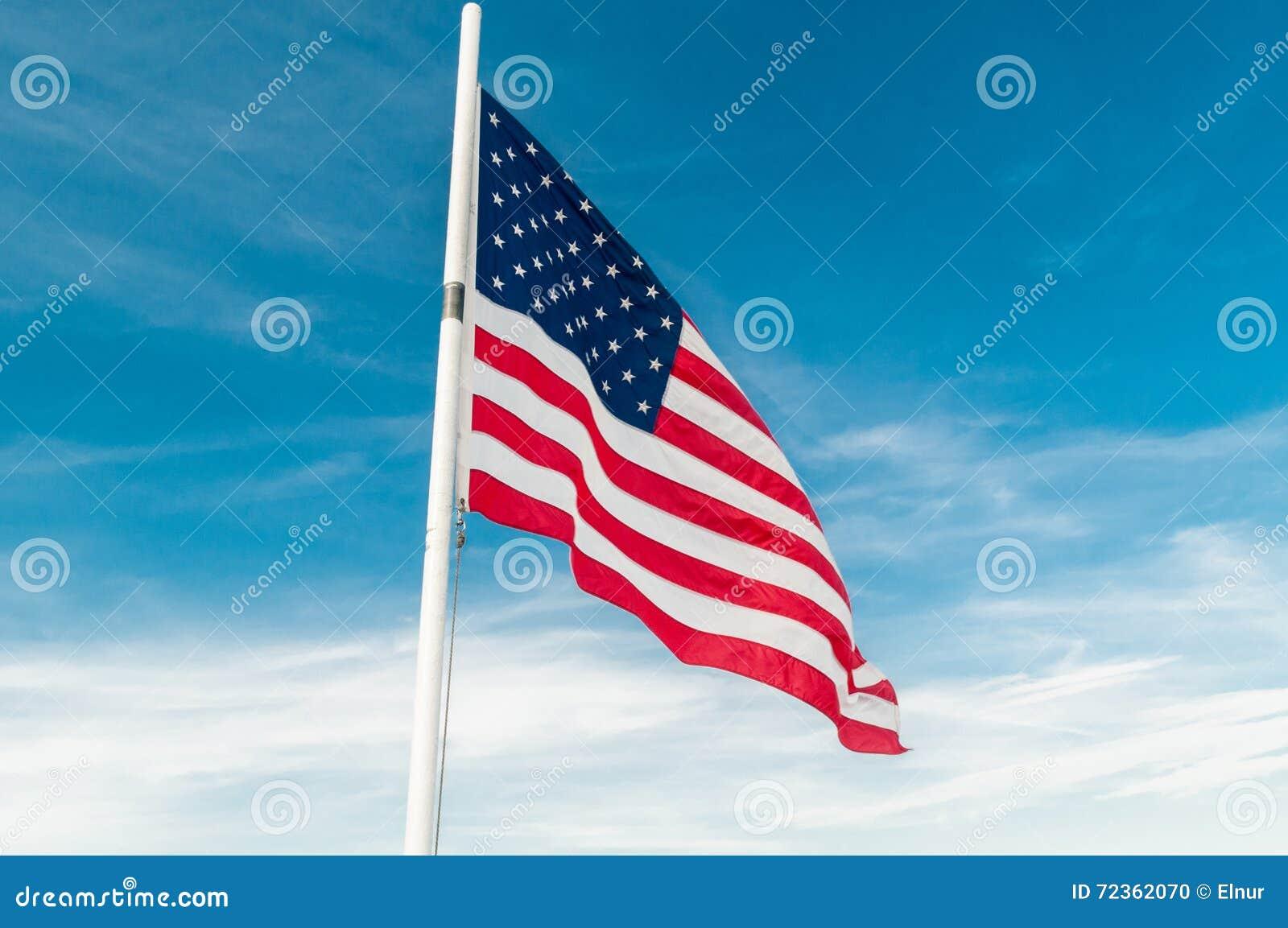 反对明亮的蓝天的美国国旗
