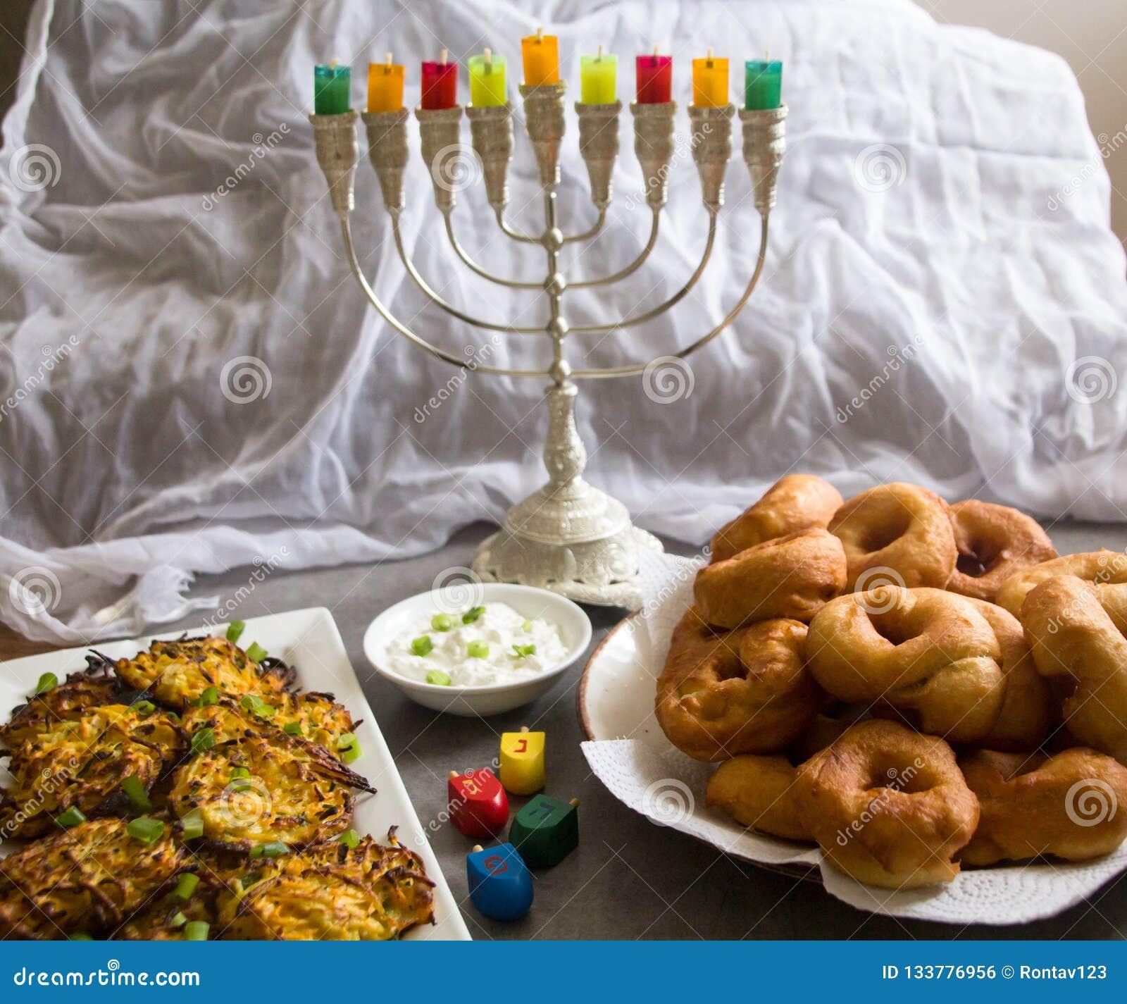 反对白色背景的犹太假日光明节标志;传统抽陀螺,menorah传统大烛台,'Sfinj'Donu
