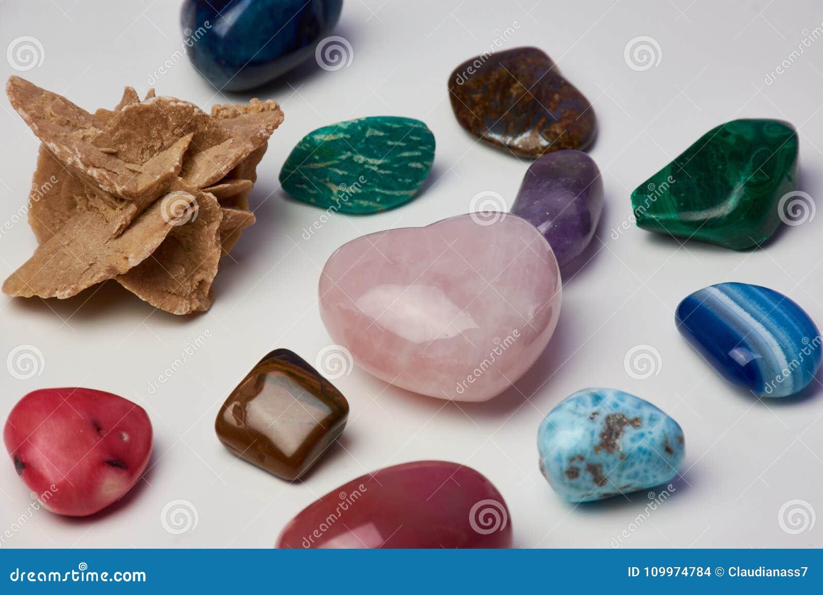 反对白色表面的不同的宝石