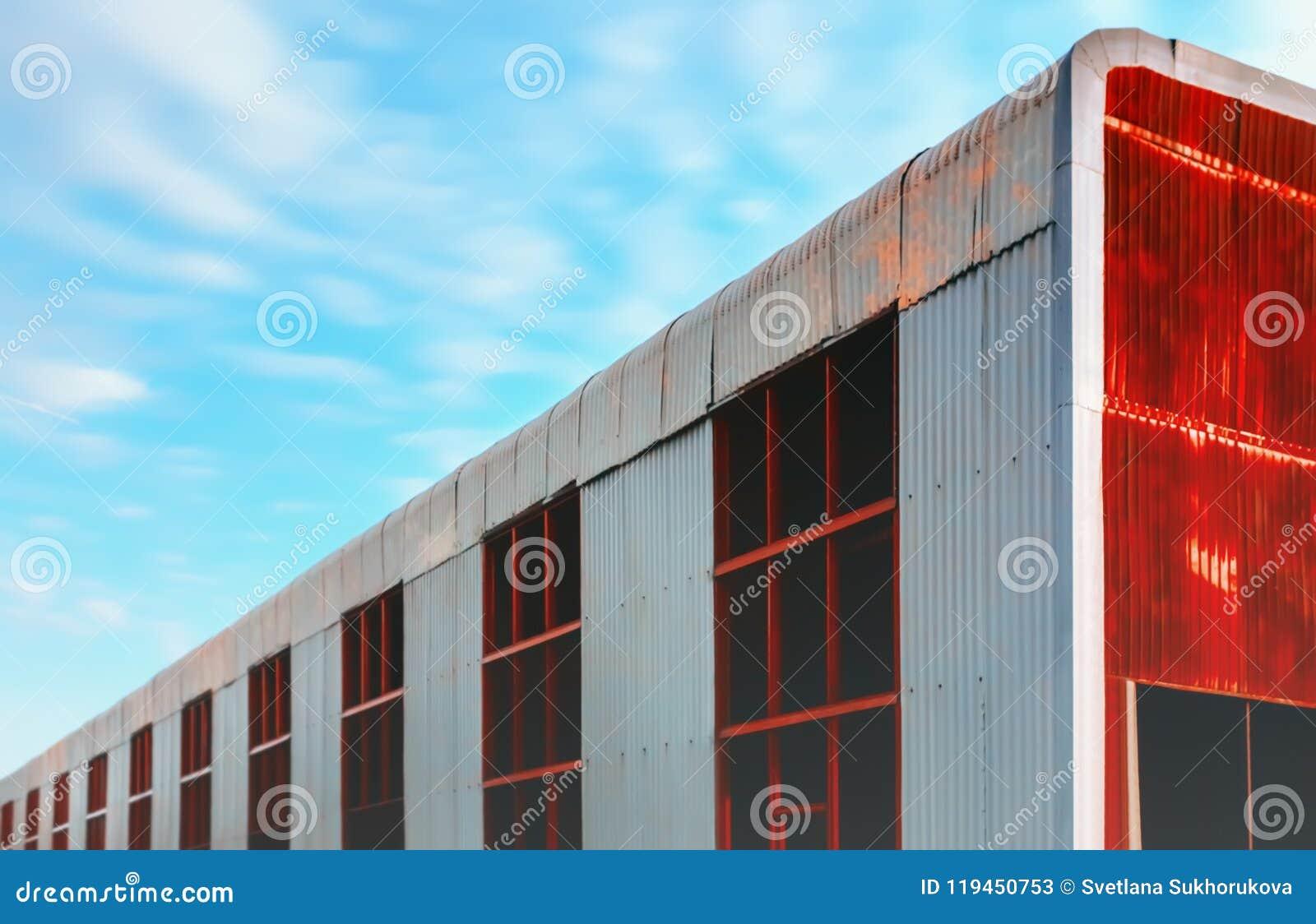 反对蓝天的巨大的被放弃的金属飞机棚