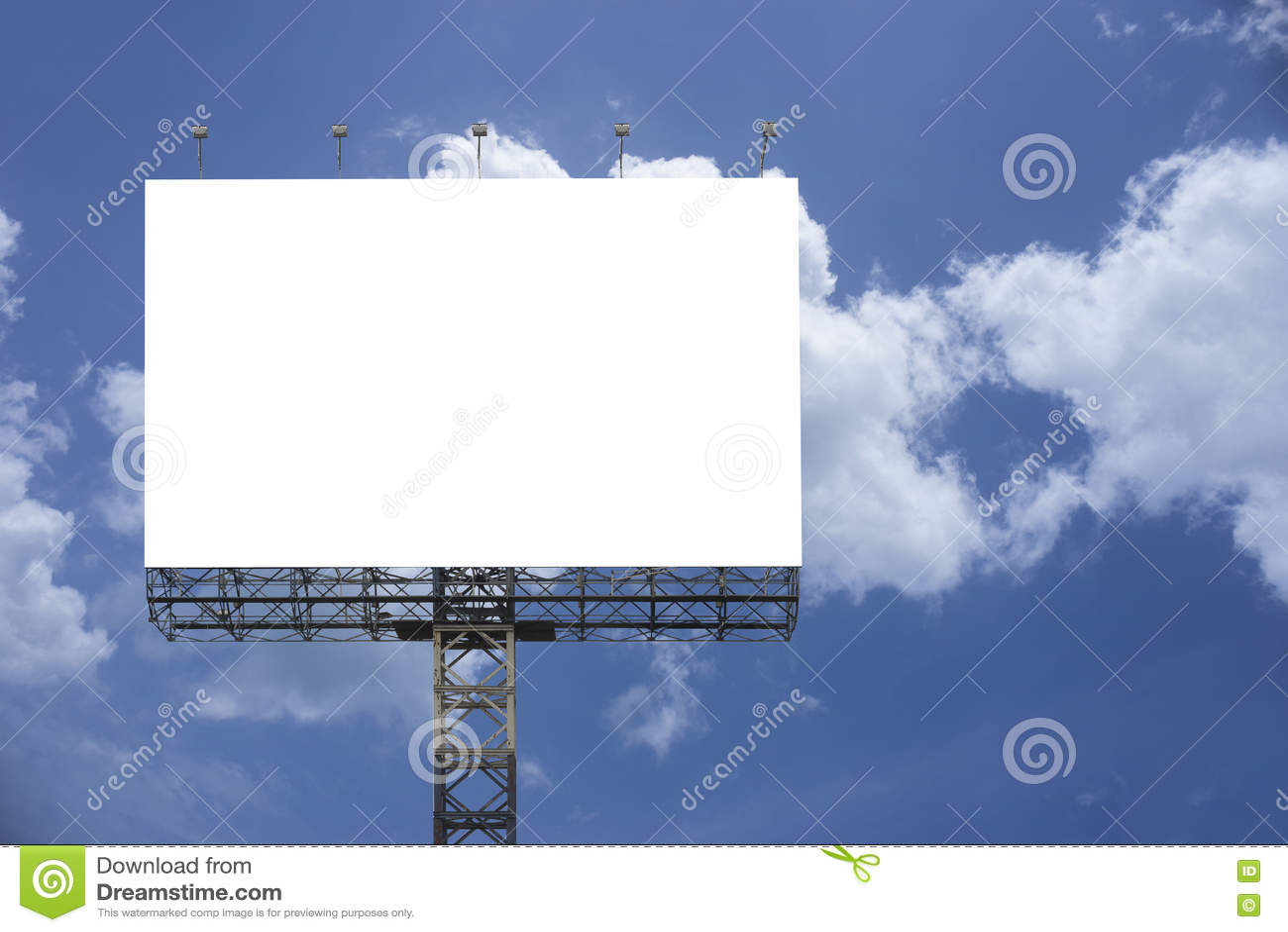 反对蓝天背景的空白的大广告牌,您的广告的,在船上投入了您自己的文本这里,孤立白色