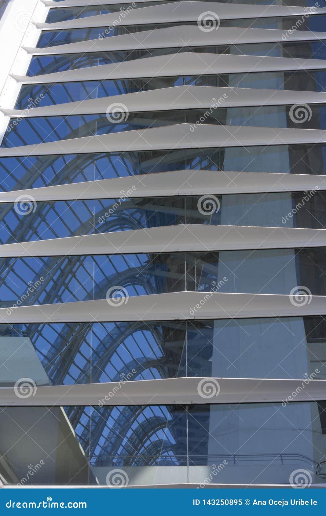 反射在巴伦西亚科学城市的窗口里